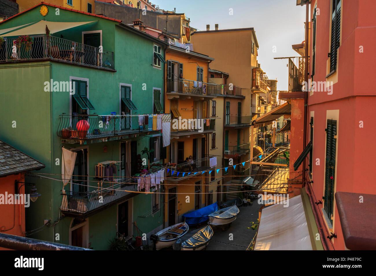 Manarola, Cinque Terre, ruhig am späten Nachmittag street scene mit bunten Häusern und Zeichen des Alltags. Stockbild