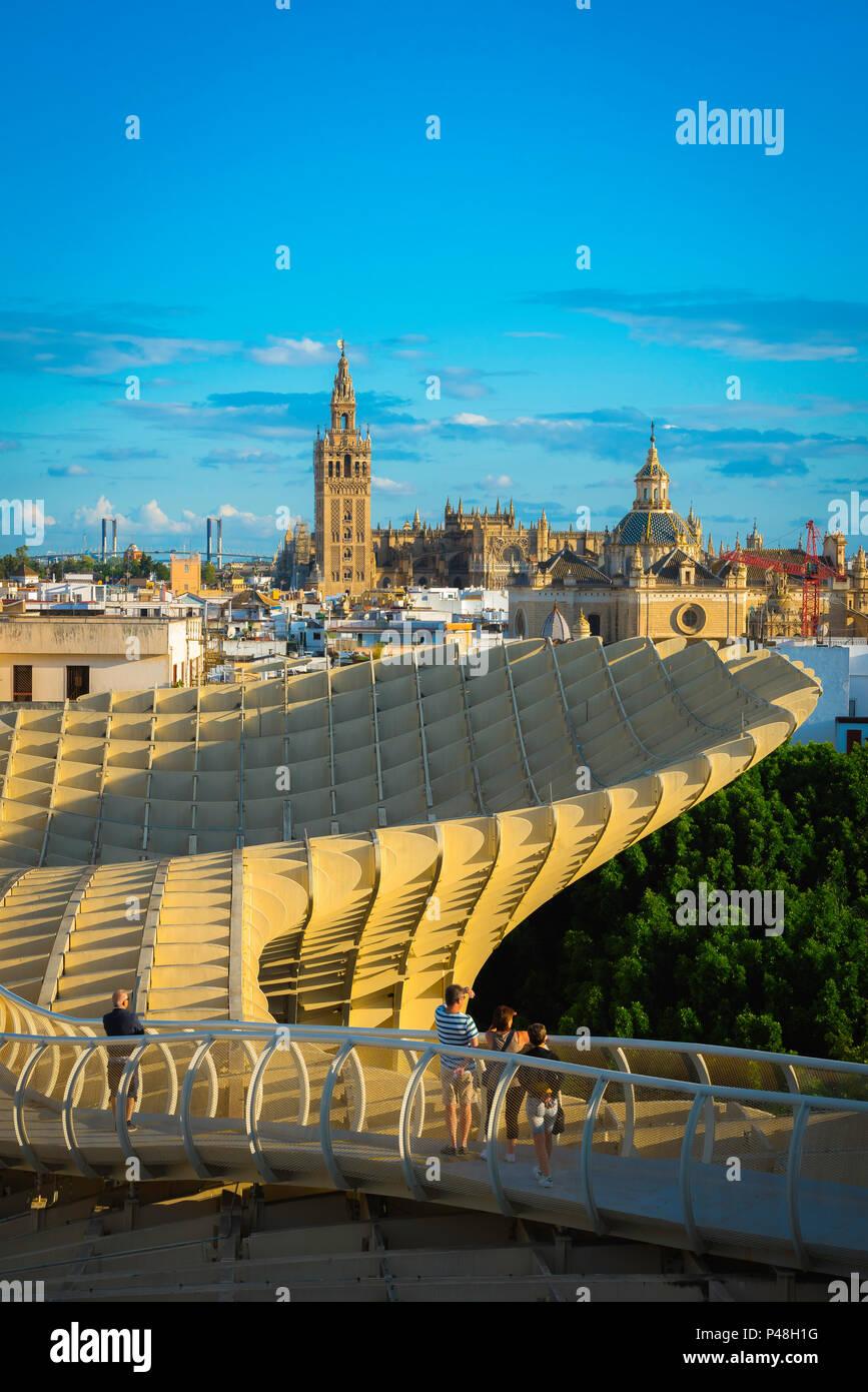 Sevilla Metropol Parasol, Aussicht bei Sonnenuntergang von der Las Setas (das Metropol Parasol) Fußweg in Richtung Old City Skyline von Sevilla, Andalusien, Spanien. Stockbild