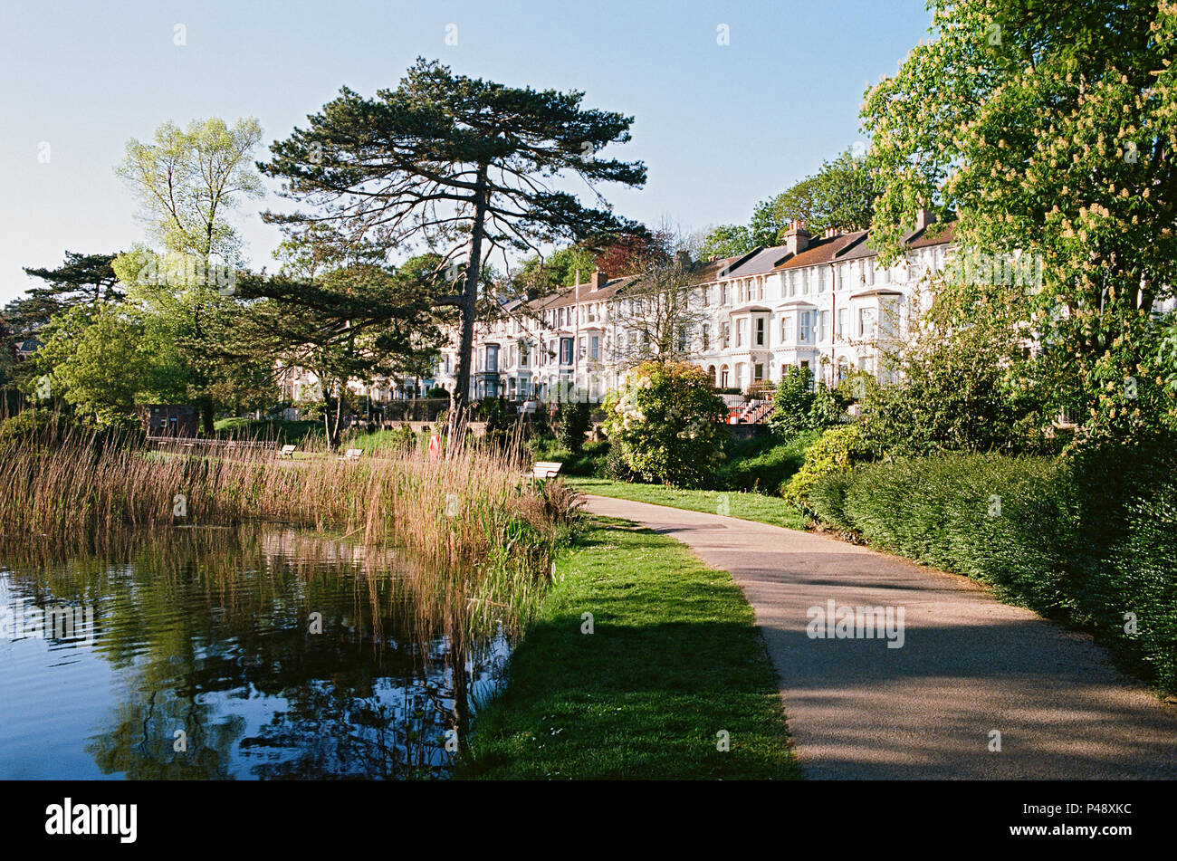 Alexandra Park, Hastings, East Sussex, UK, mit Häusern entlang der St. Helen's Road Stockbild