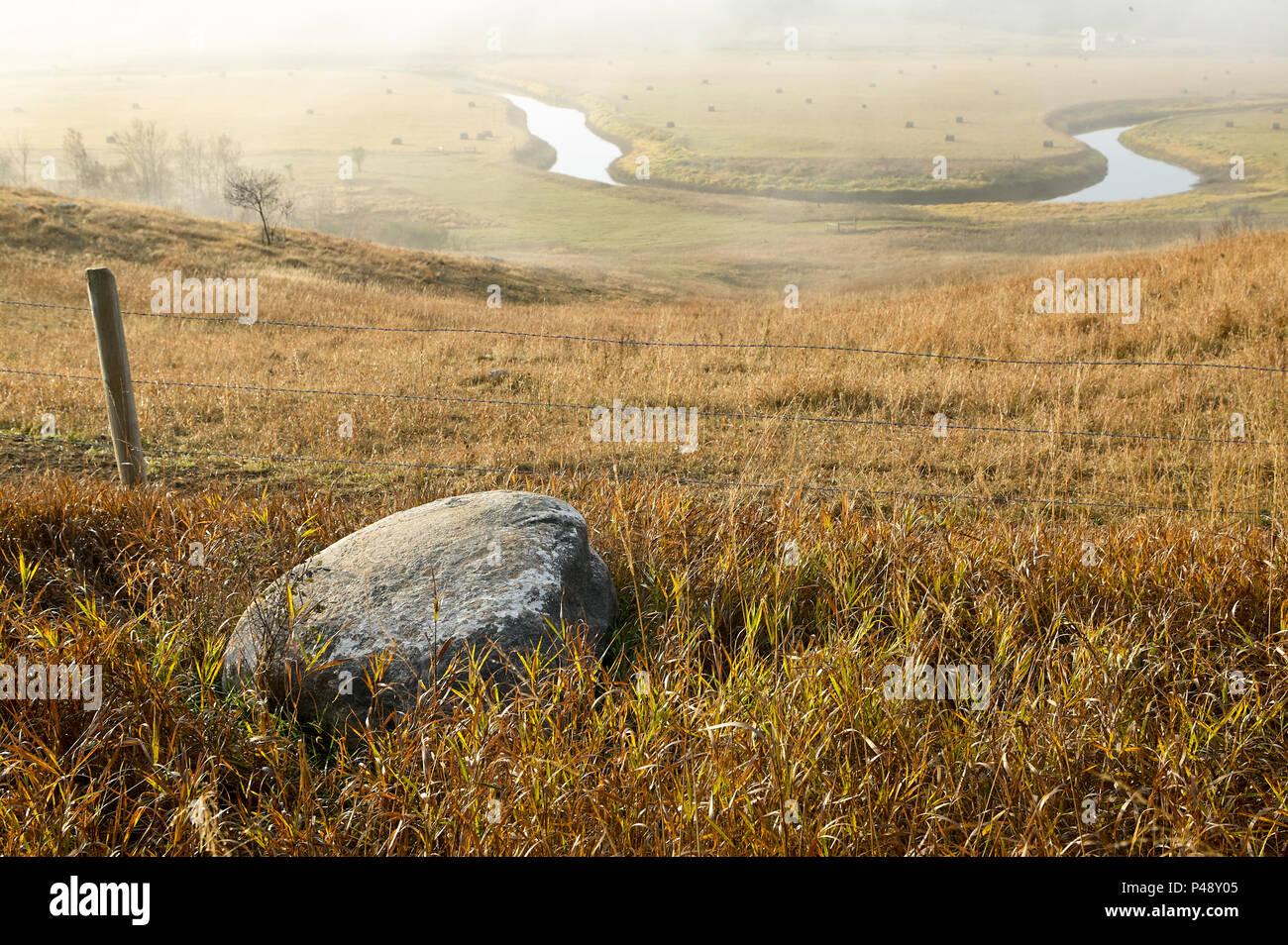 Misty North Dakota Landschaft Mit Einem Hufeisen Der Sheyenne River Im  Grünland Biegen Und Rock Mit