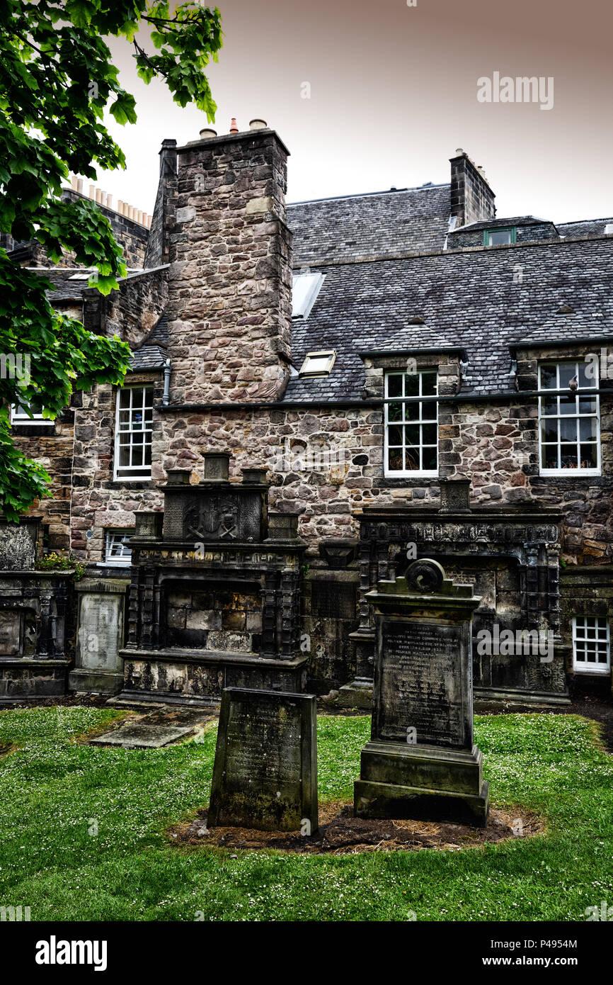 Gräber und Grabmale in einem Kirchhof - Begriff der Tod; UK Stockbild
