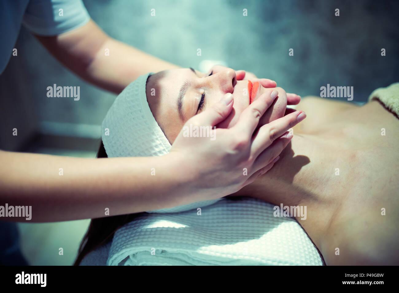 Gesichtsmassage Behandlung durch professionelle an Kosmetik salon Stockbild