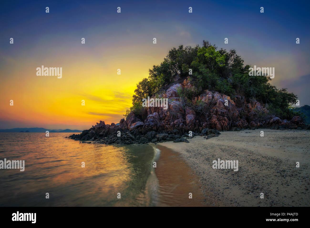 Sonnenuntergang über Laopilae Archipel rund um Ko Hong Island in der Nähe von Krabi, Thailand Stockbild