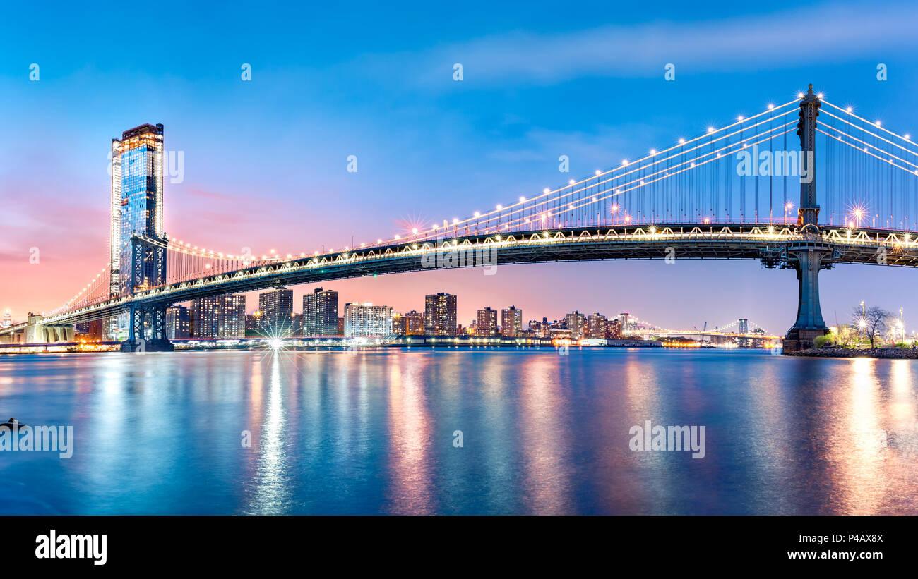Manhattan Bridge Panorama in der Morgendämmerung Stockbild