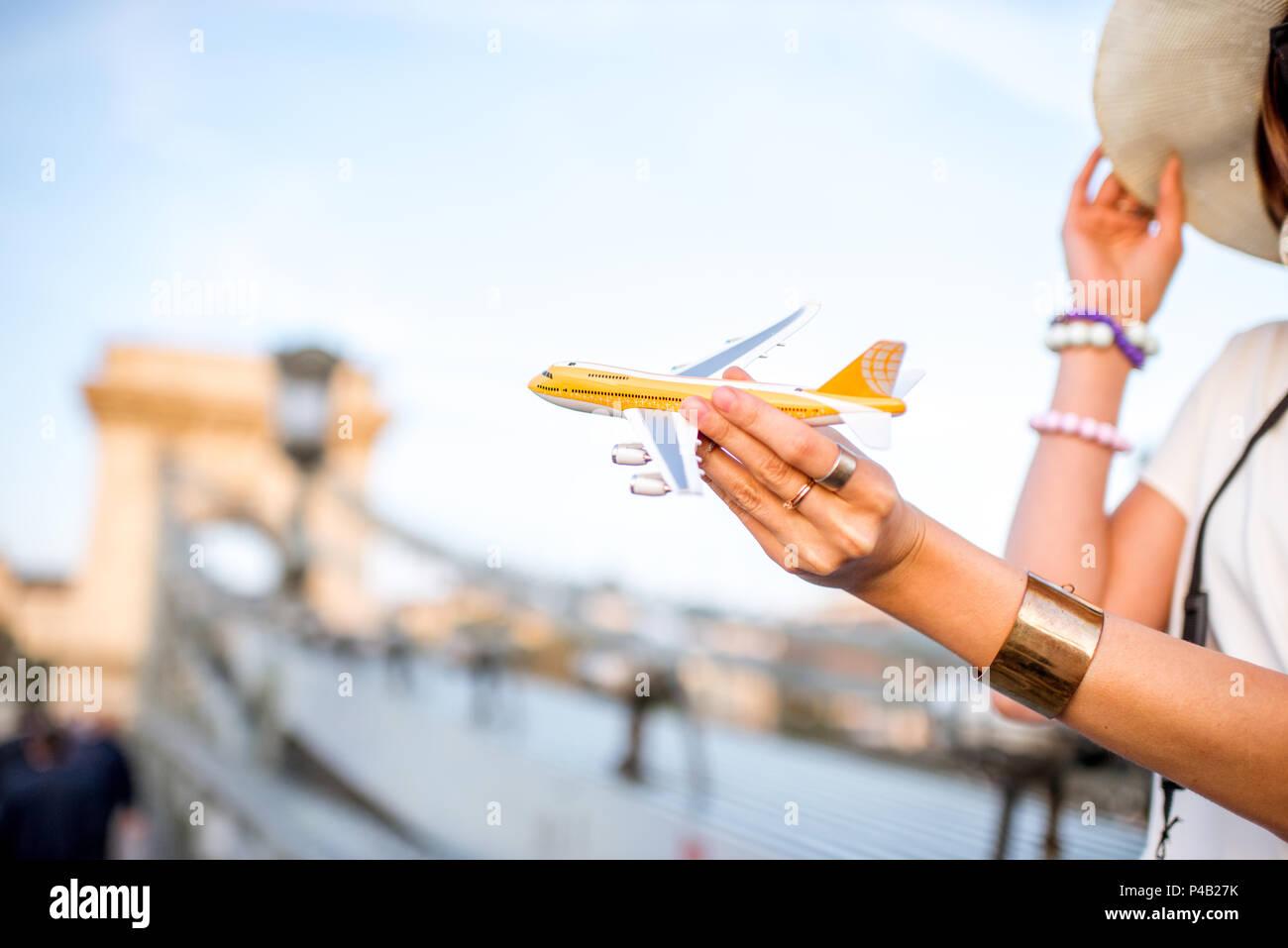 Fliegen mit dem Spielzeug Flugzeug in Budapest Stockbild