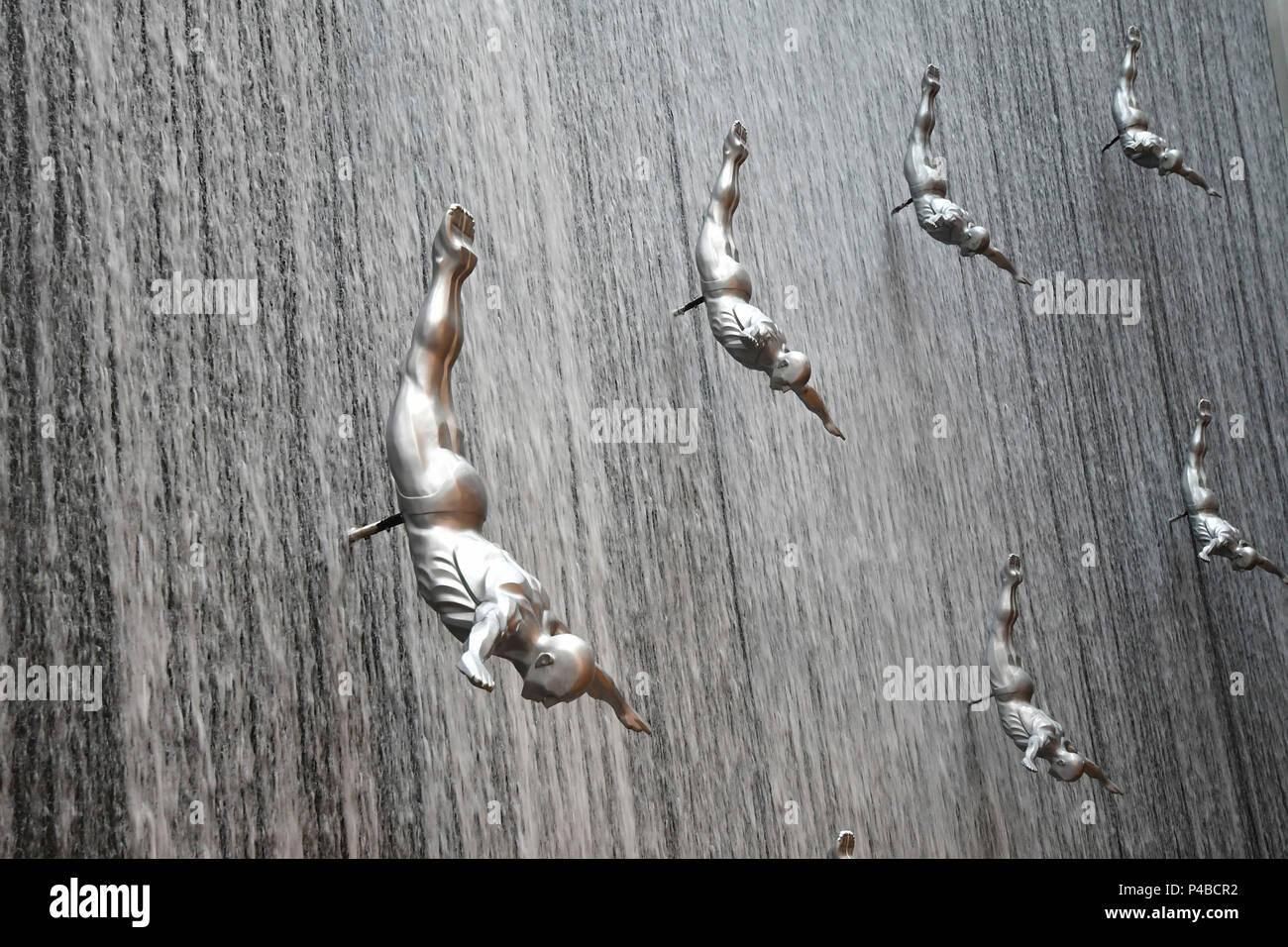 Fliegenden Menschen Wasserfall an der Mole in Dubai, Vereinigte Arabische Emirate, Emirati, Naher Osten, Mittlerer Osten Stockbild