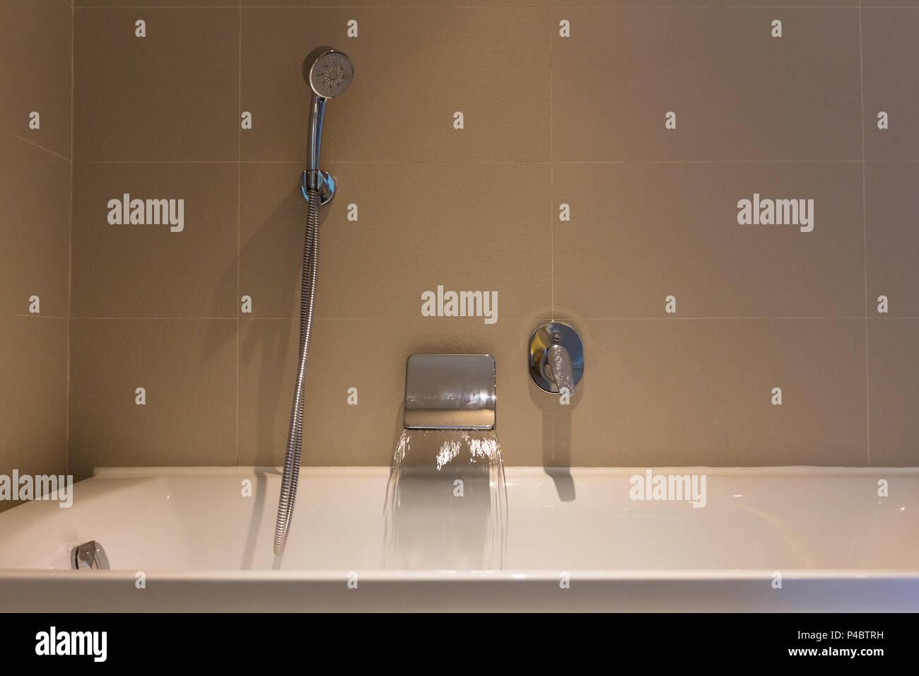 Bereit Open Water mit Badewanne in Luxus Badezimmer Hotel ...