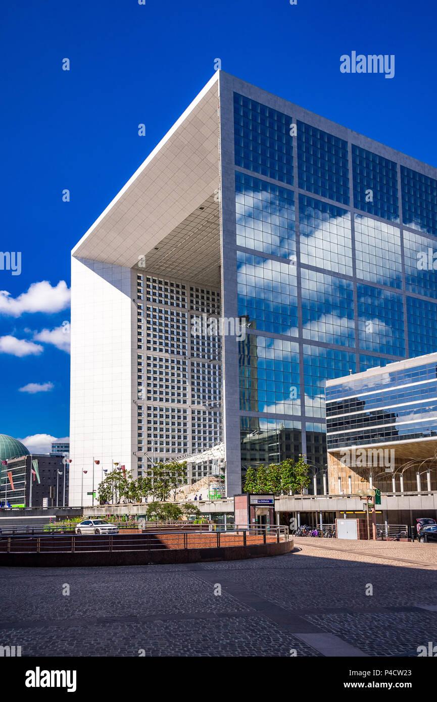 Die seltsame und doch wunderbar: La Défense in Paris, Frankreich, ein Freilichtmuseum. Stockbild