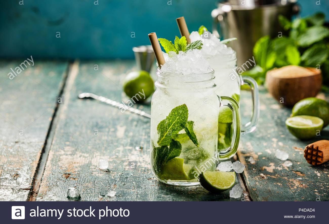 Mojito Cocktail auf hölzernen Tisch Stockbild