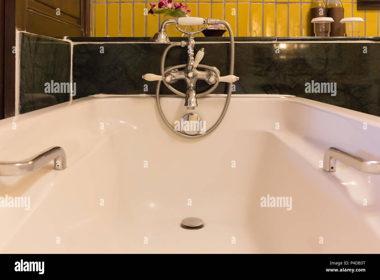 Badewanne auf Badezimmer Innenarchitektur, in Luxus Hotel. Stockfoto
