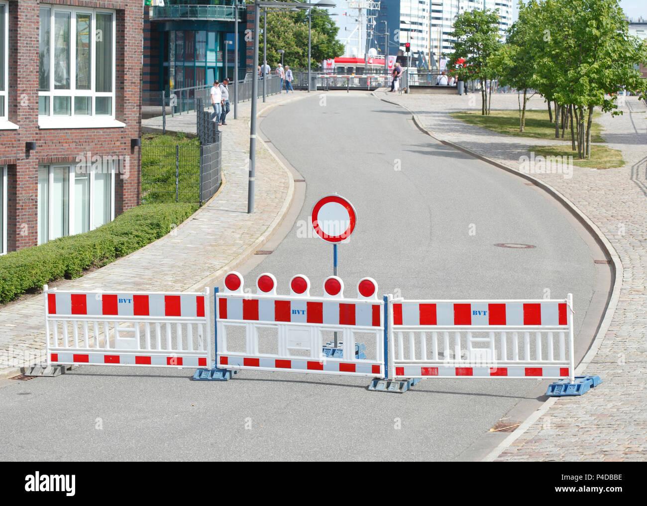 Straßensperre, verkehrsschild Barriere, auf Fahrzeugen aller Art verbot, kurvenreiche Straße, Bremerhaven, Deutschland Ich Straßensperre, Verkehrsschild Absperrschranke, VStockfoto