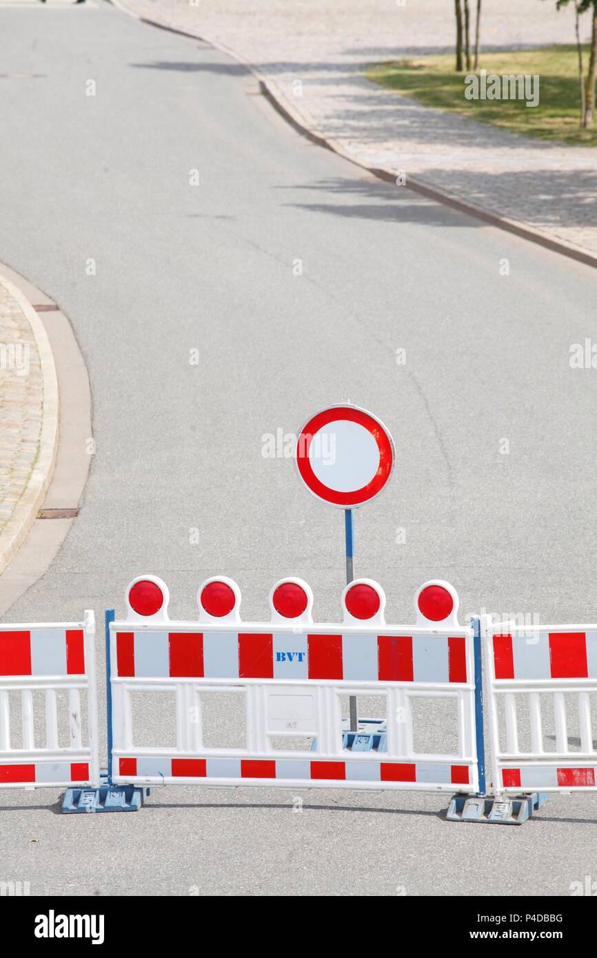 Straßensperre, verkehrsschild Barriere, auf Fahrzeugen aller Art verbot, kurvenreiche Straße, Bremerhaven, Deutschland Ich Straßensperre, Verkehrsschild Absperrschranke, V Stockfoto
