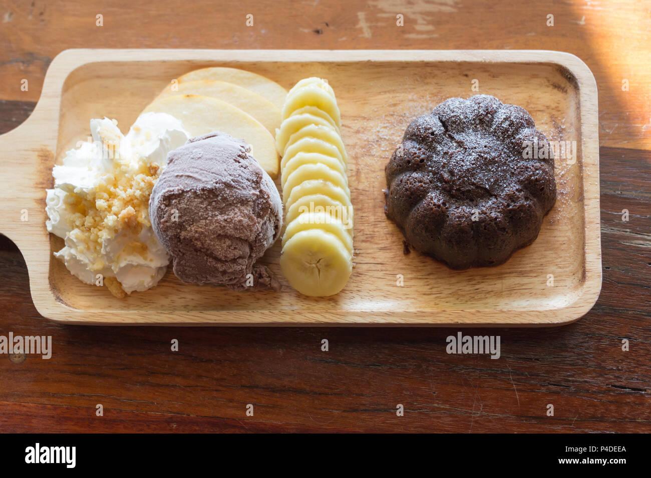 Schokolade Lava Kuchen Schokolade Eis Banane Apfel Obst Und Sahne