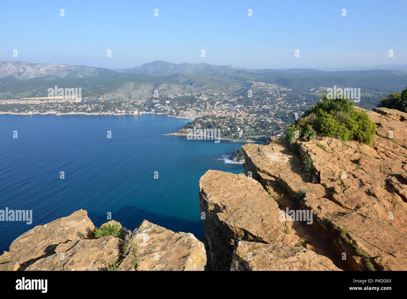 Klippen und Steilküste des Cap Canaille mit Blick über Cassis & Mediterrane Küste von der Route des Crêtes Provence Frankreich Stockfoto