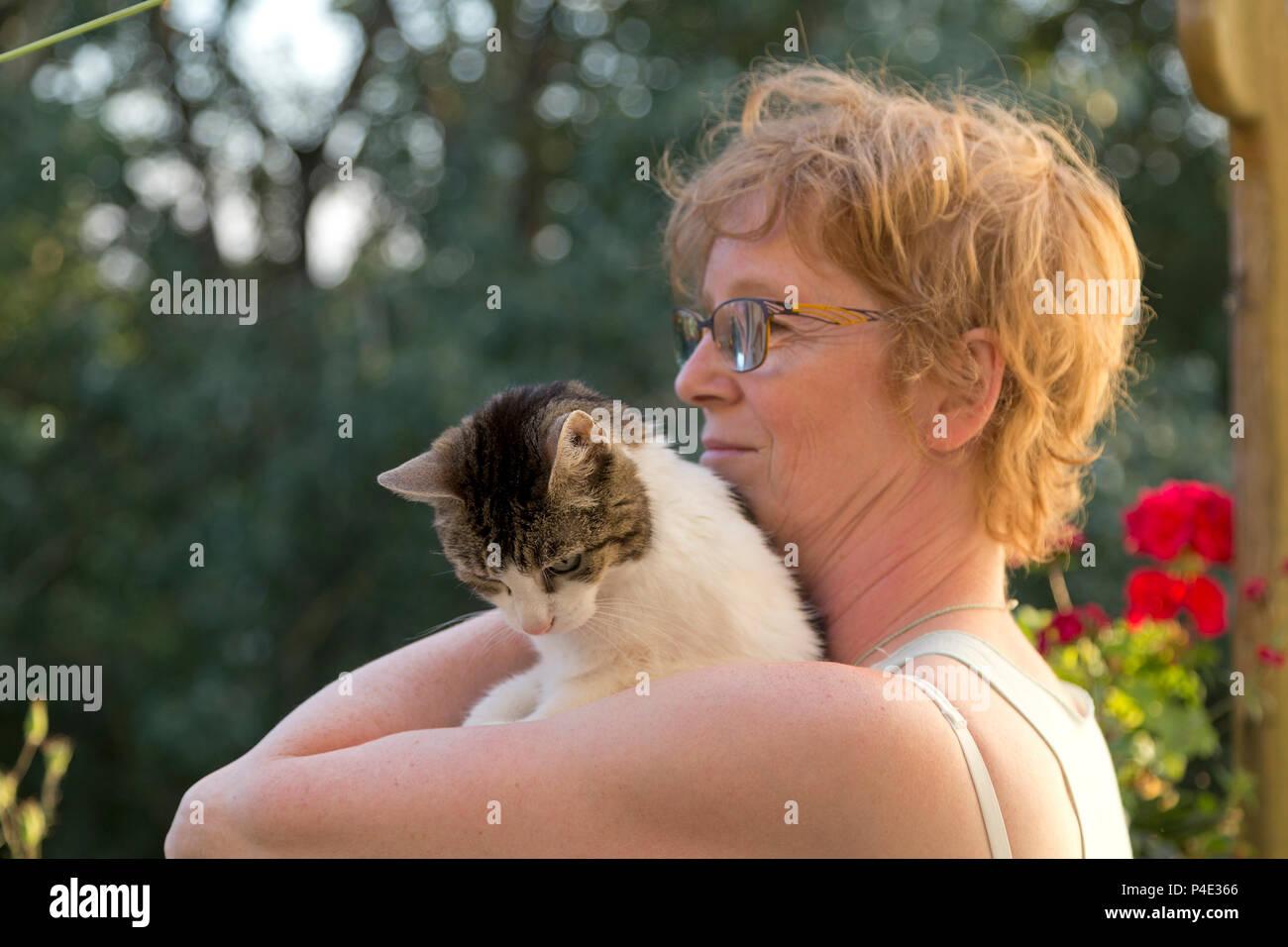 Frau streicheln Ihre Katze Stockbild