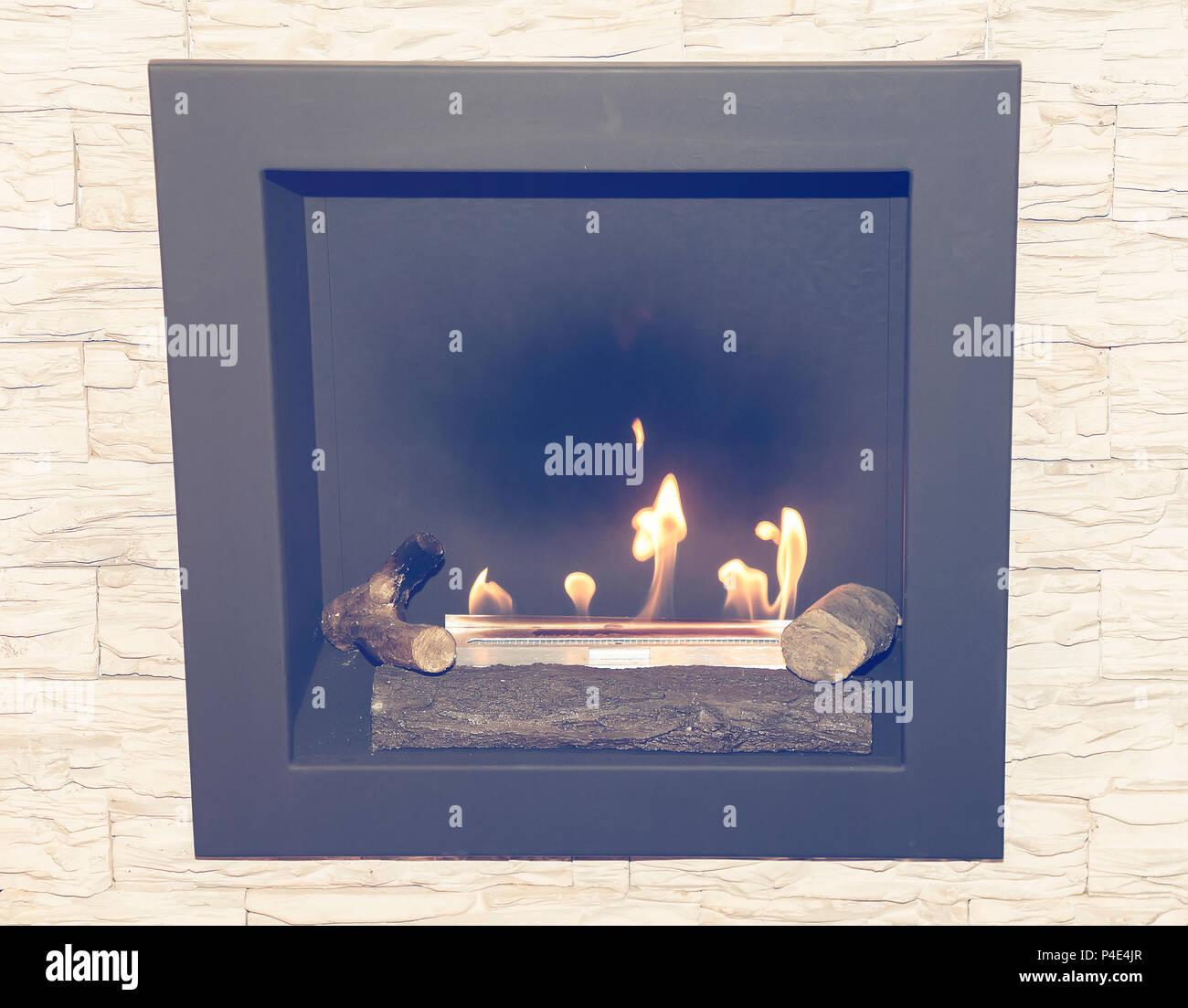 Künstliche Erdgas Kamin mit Naturstein im Wohnzimmer. Vintage Style ...