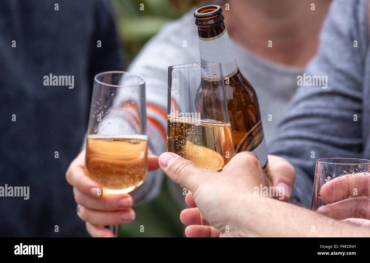 Freunde Toasten mit Getränken (Bier und Prosecco) bei der äußeren sozialen sammeln Stockfoto