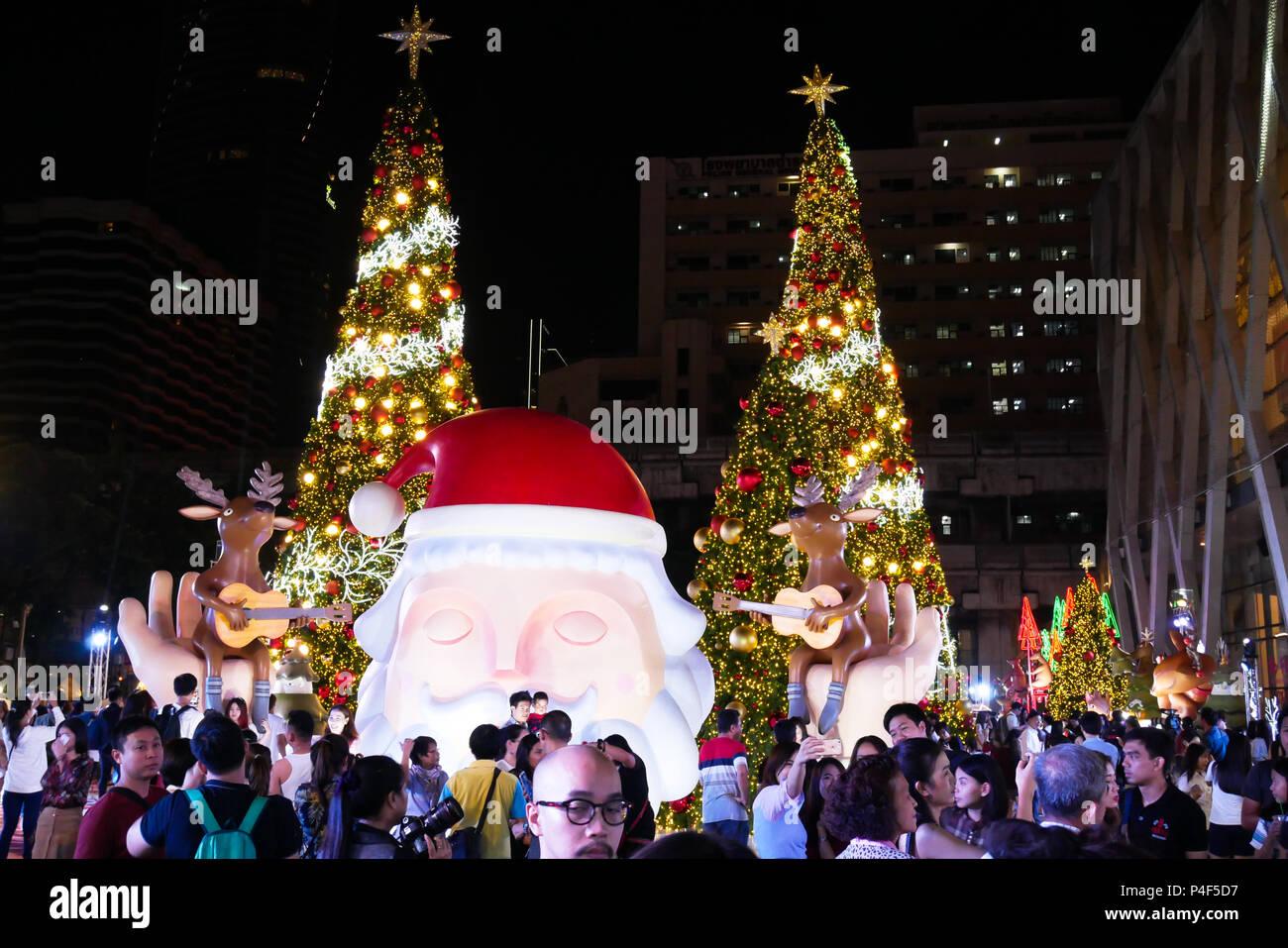 BANGKOK, THAILAND - 21. NOVEMBER 2017: Frohe Weihnachten und ein ...