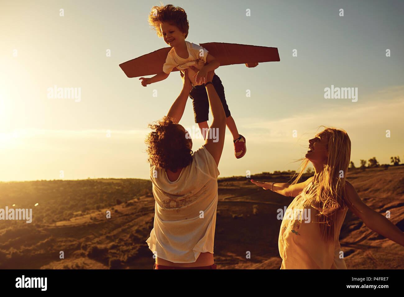 Familie spielen in der Natur bei Sonnenuntergang Stockbild