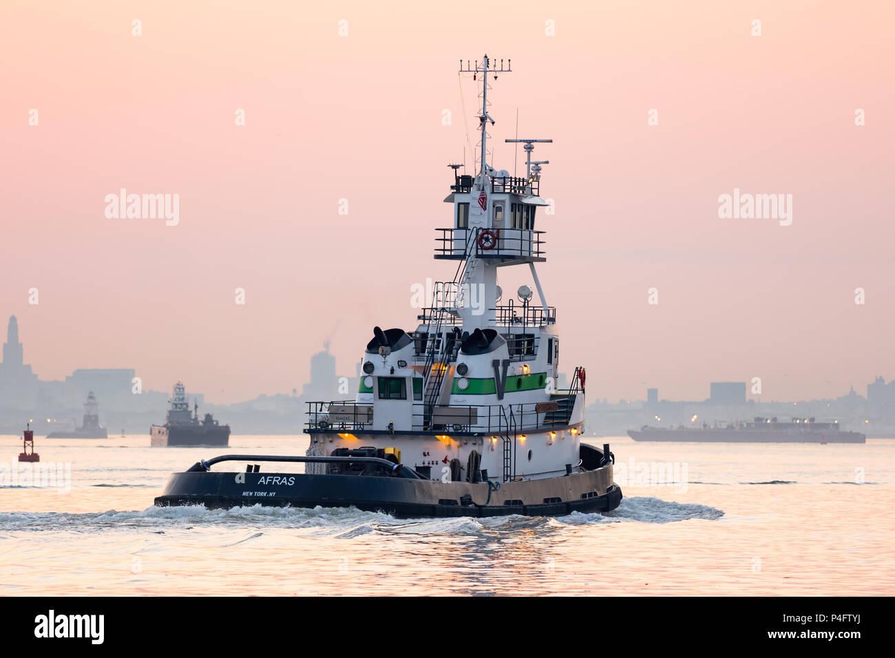 Weiß Tug Boat eastbound bei Tagesanbruch auf den Hafen von New York Stockfoto