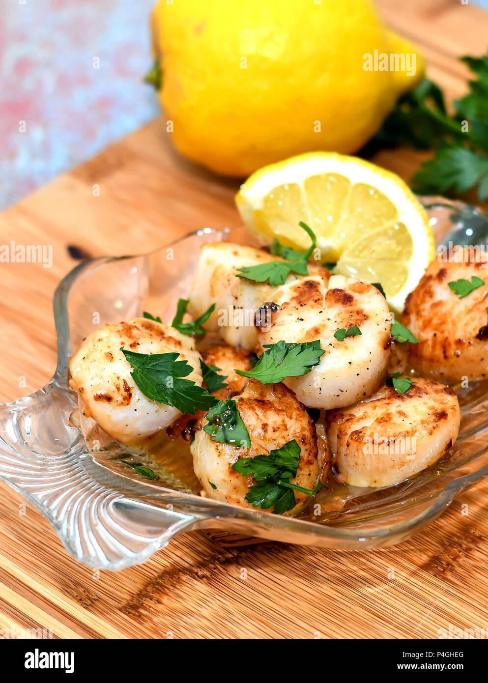Köstliche Meer scallps mit Zitrone Butter Stockbild