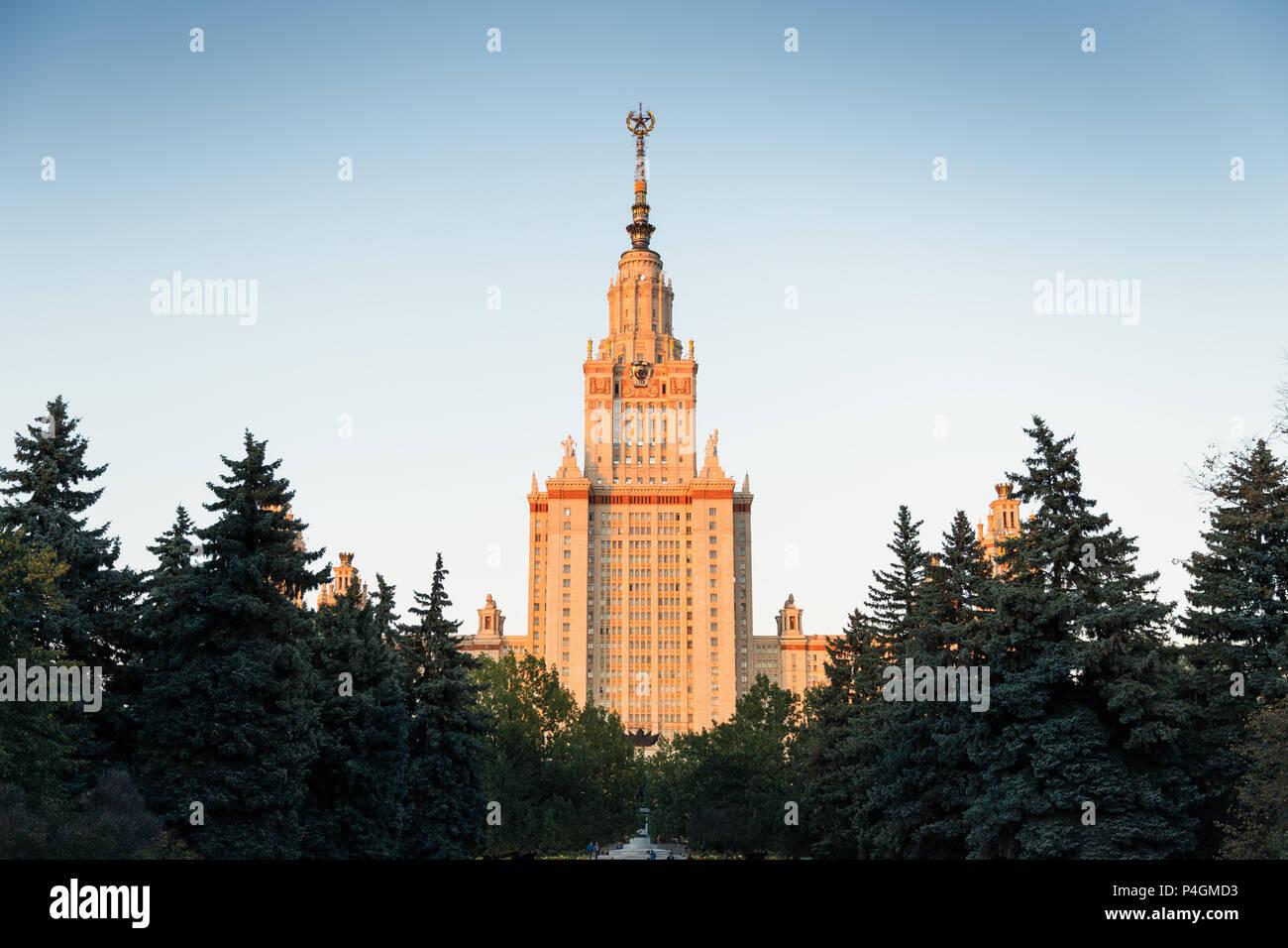 Moskau, Russland - 22. September 2017: Sonnenuntergang Szene der Moskauer Staatlichen Pädagogischen Universität, das höchste Gebäude der Welt. Der Campus umgeben von Stockbild