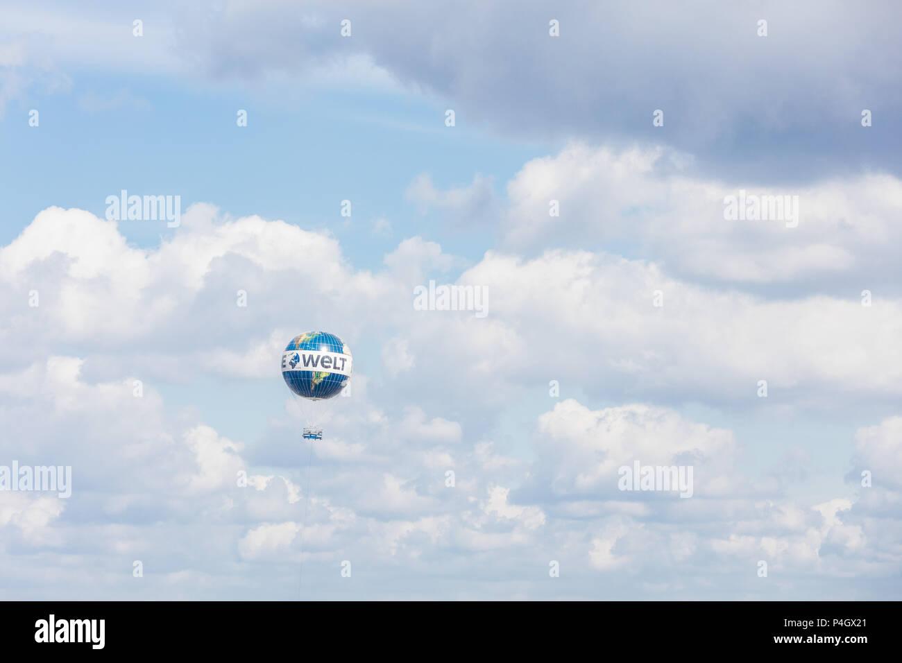 """Berlin, Deutschland, fesselballon mit Werbung für die Tageszeitung """"Die Welt"""" am Himmel Stockbild"""