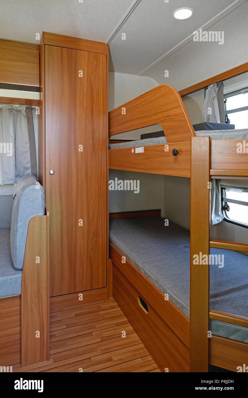 etagenbett mit schrank perfect kinder hochbett etagenbett. Black Bedroom Furniture Sets. Home Design Ideas