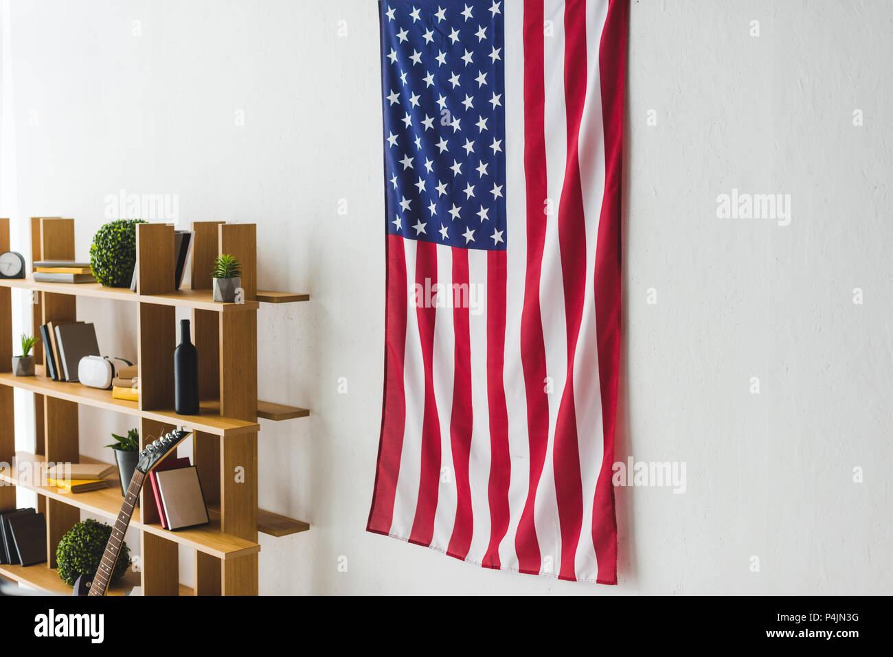 Amerikanische Flagge Aufhängen An Der Wand Im Wohnzimmer Stockfoto