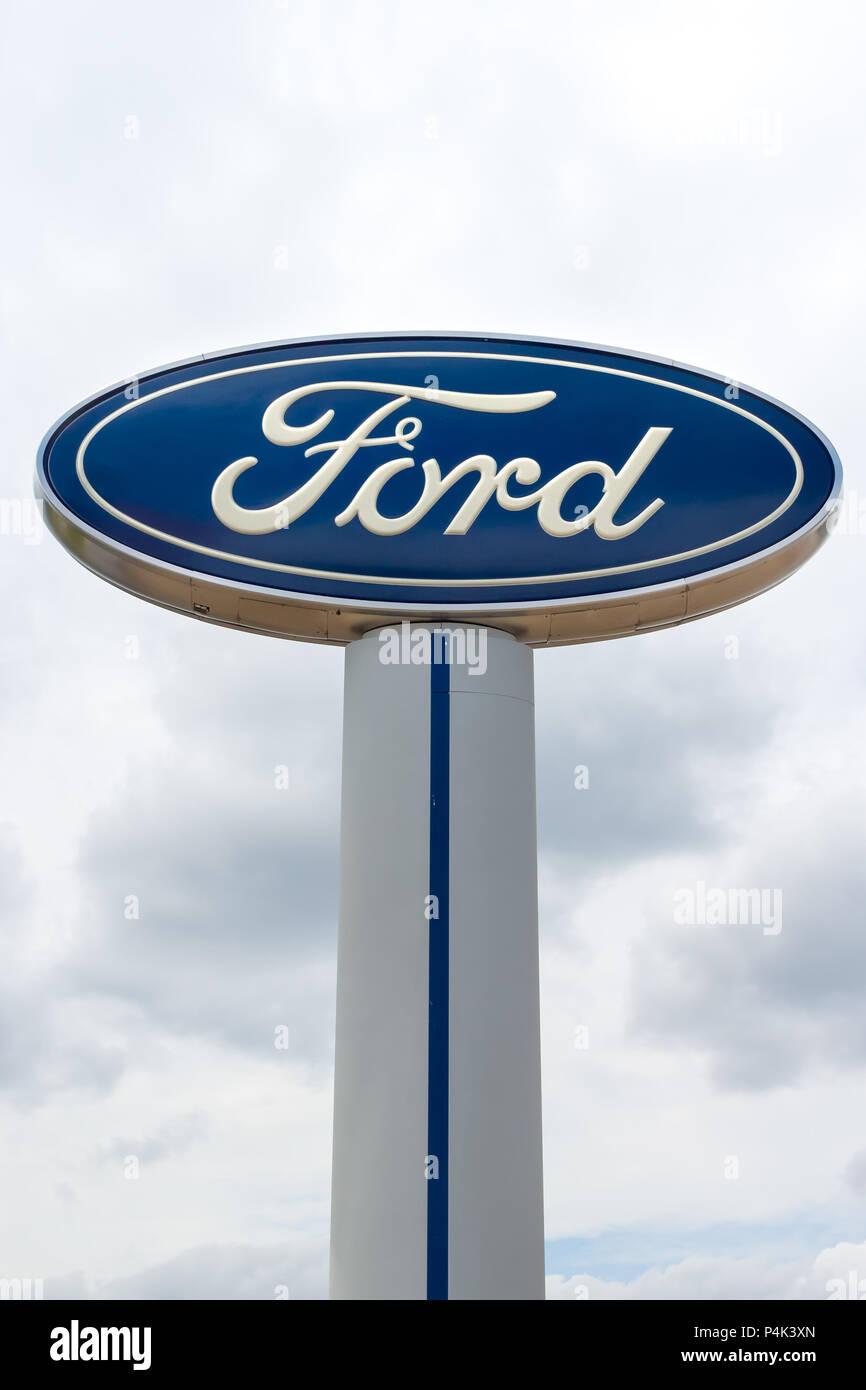 INVER GROVE HEIGHTS, MN/USA - 17. JUNI 2018: Ford Autohaus autombile Außen- und Logo. Stockbild