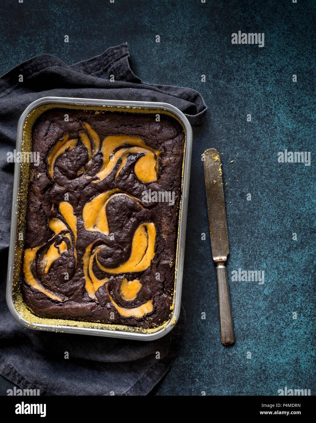 Glutenfreie brownie und Kürbis Kuchen in eine Backform Stockbild