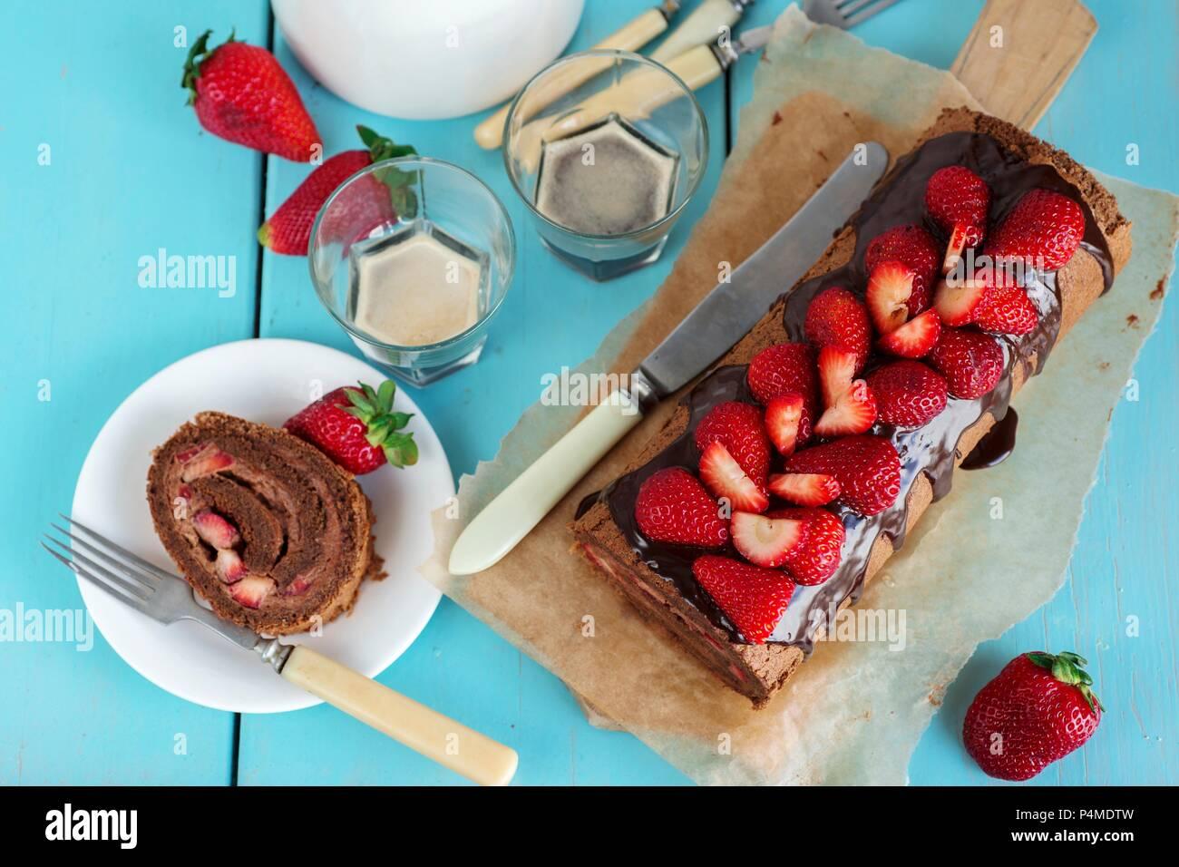 Schokolade Swiss roll mit Erdbeeren Stockbild
