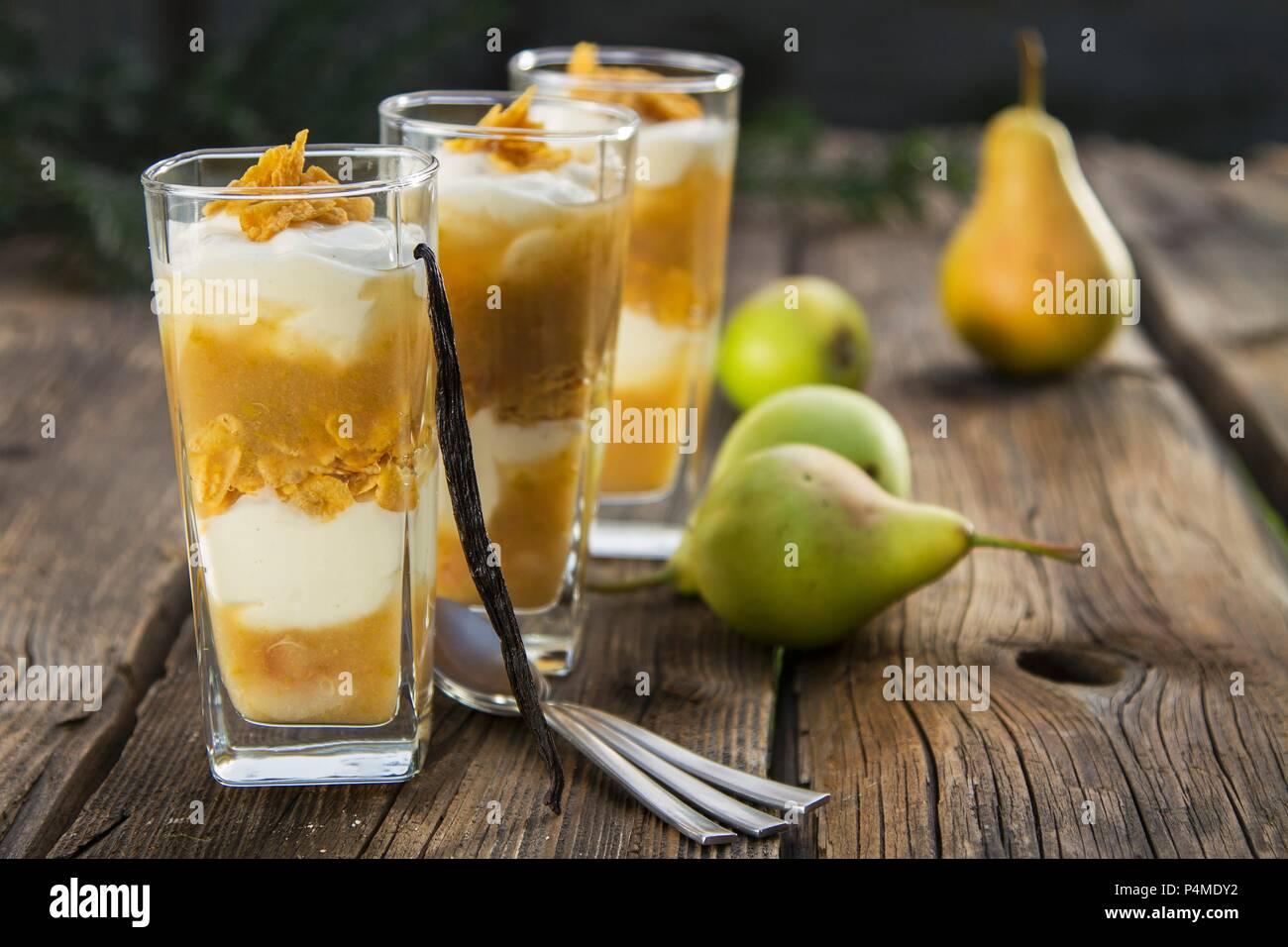 Birne Desserts mit Vanille Joghurt Stockbild