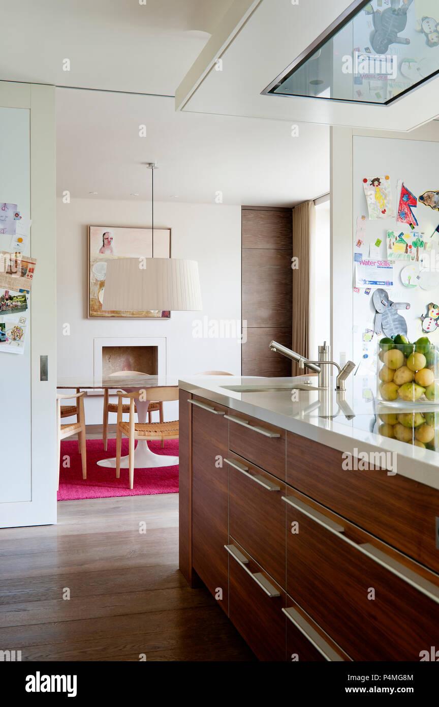 Moderne Küche mit Schiebetüren zum Speisesaal Stockfoto ...