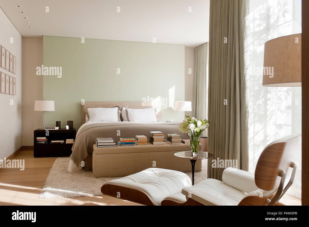 Sessel im Schlafzimmer Stockfoto, Bild: 209435251 - Alamy