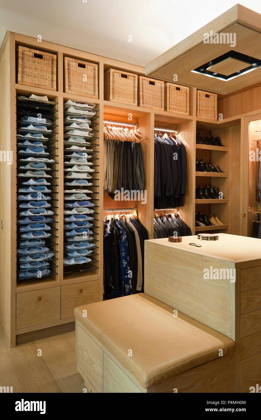Der Mann Ankleidezimmer Stockfotografie Alamy