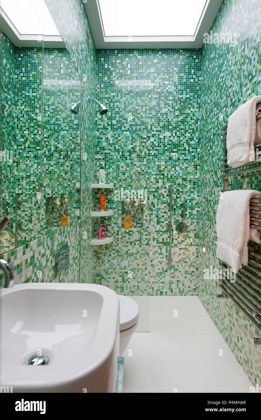 Grüne Fliesen im modernen Badezimmer Stockfoto, Bild ...