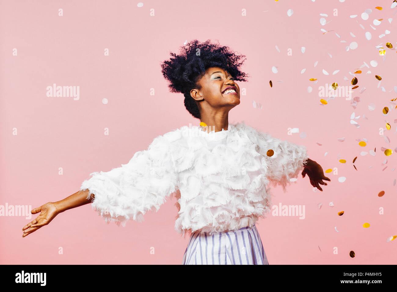 Eine magische Zeit - Porträt einer sehr glücklichen Mädchen mit Armen, Konfetti lächelnd fallen Stockbild