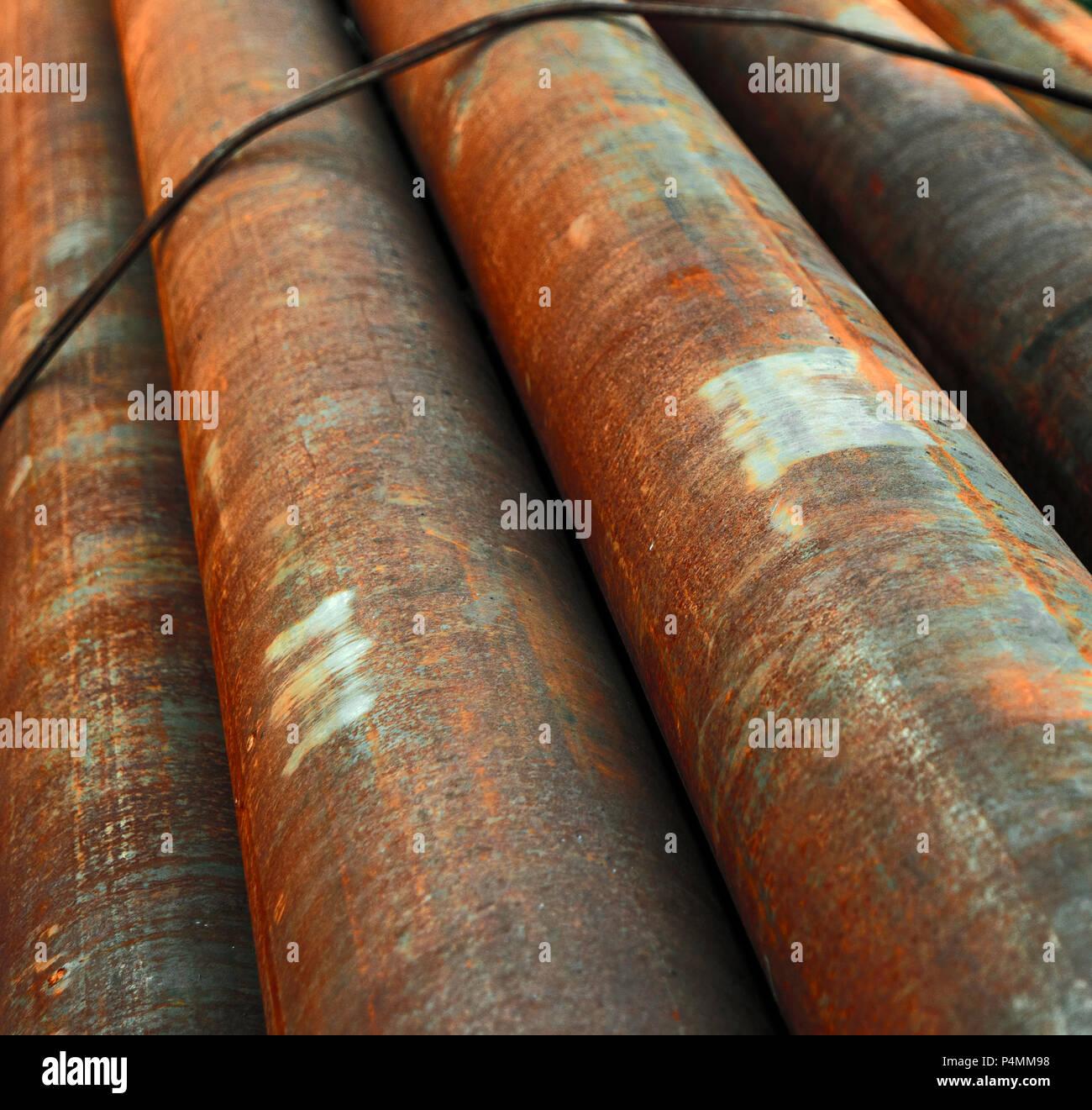 Diagonaler Sicht der rostigen Rohren im Stapel Stockfoto