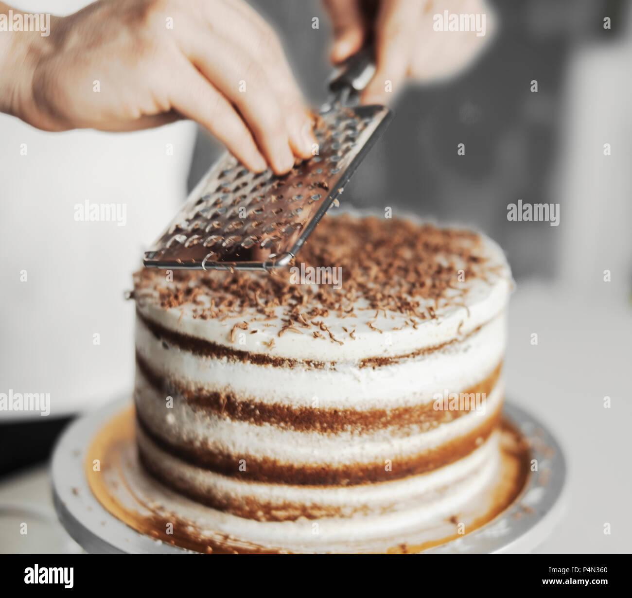 Jungen Attraktiven Mann Dekorieren Kuchen Mit Dunkler Schokolade
