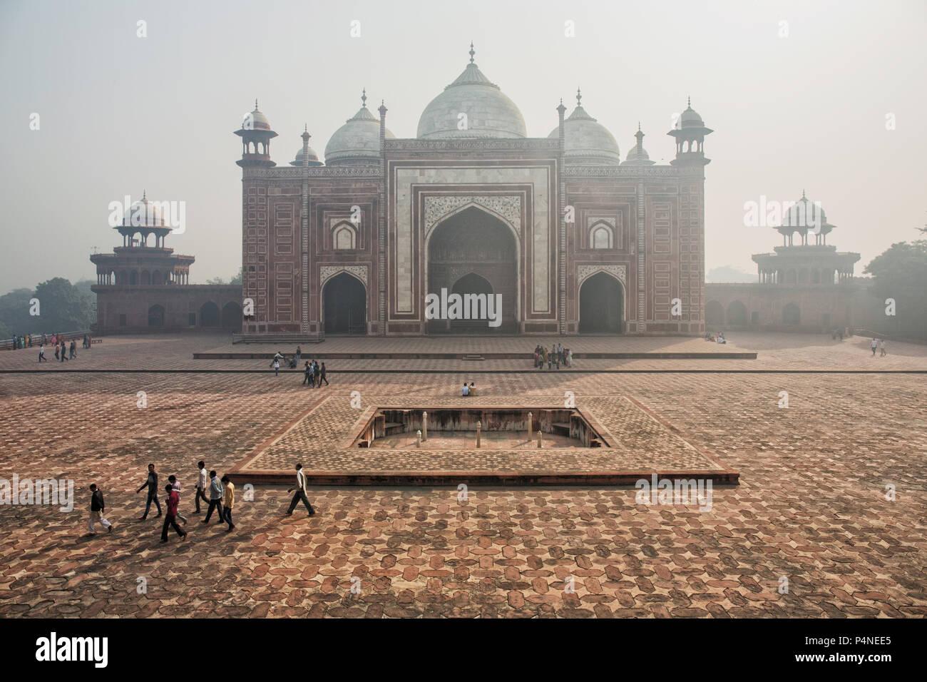 Die Tore zum Taj Mahal in der Smog, Agra, Indien. Luft Abgase Stockbild