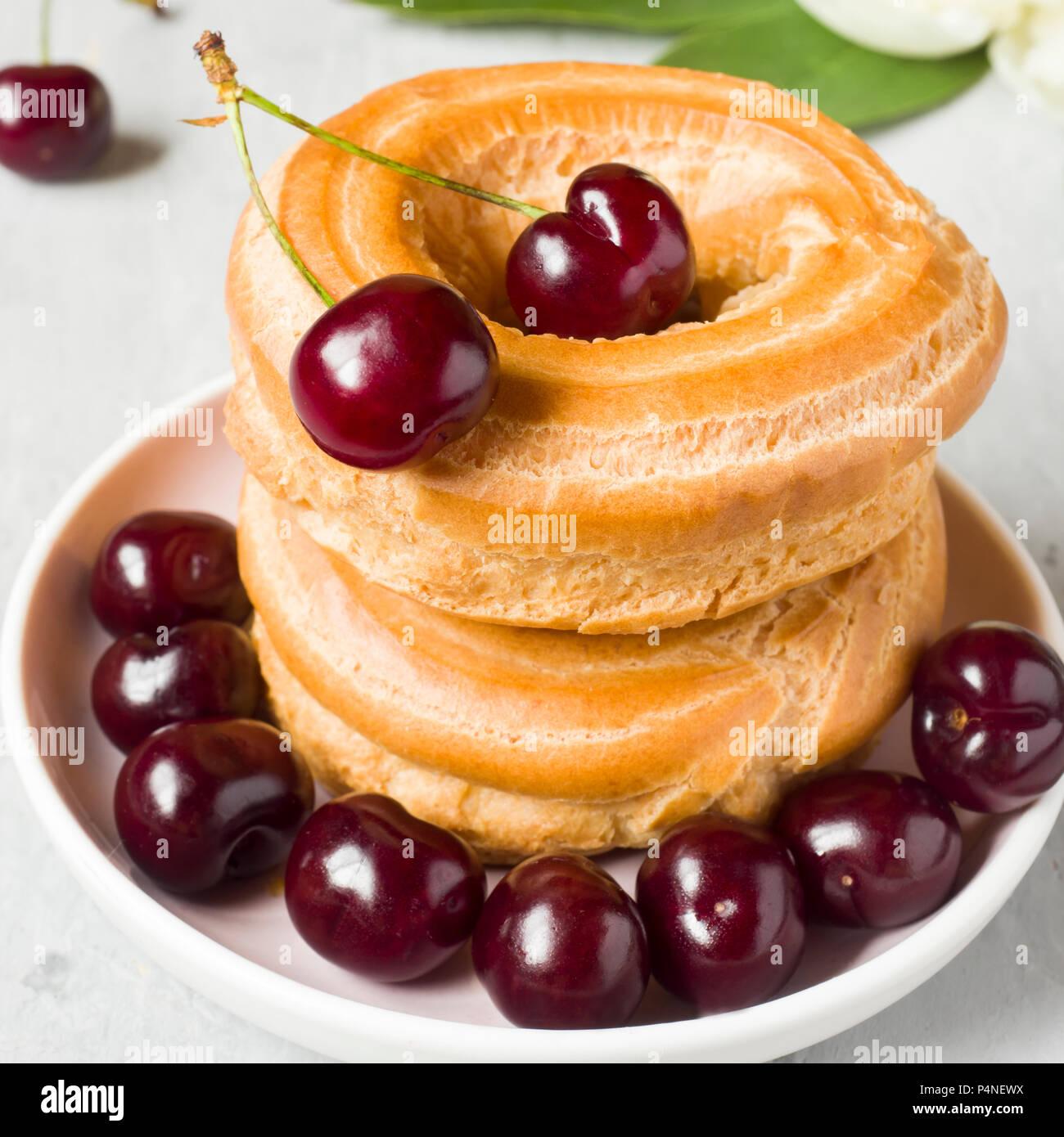 Pudding Kuchen Ring Mit Kirsche Auf Einer Platte Auf Einem Grauen