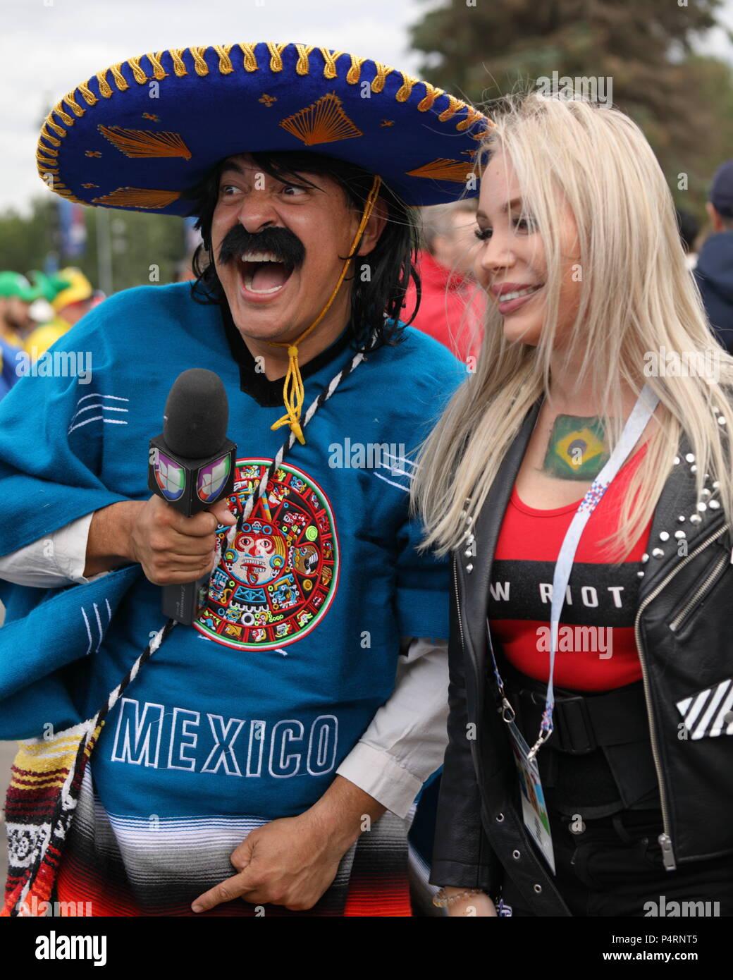 Mexikanischer Journalist in sombrero machen eine Reportage im Saint Petersburg Stadion vor dem Spiel der FIFA Fussball-Weltmeisterschaft Brasilien vs Costa Rica Stockbild