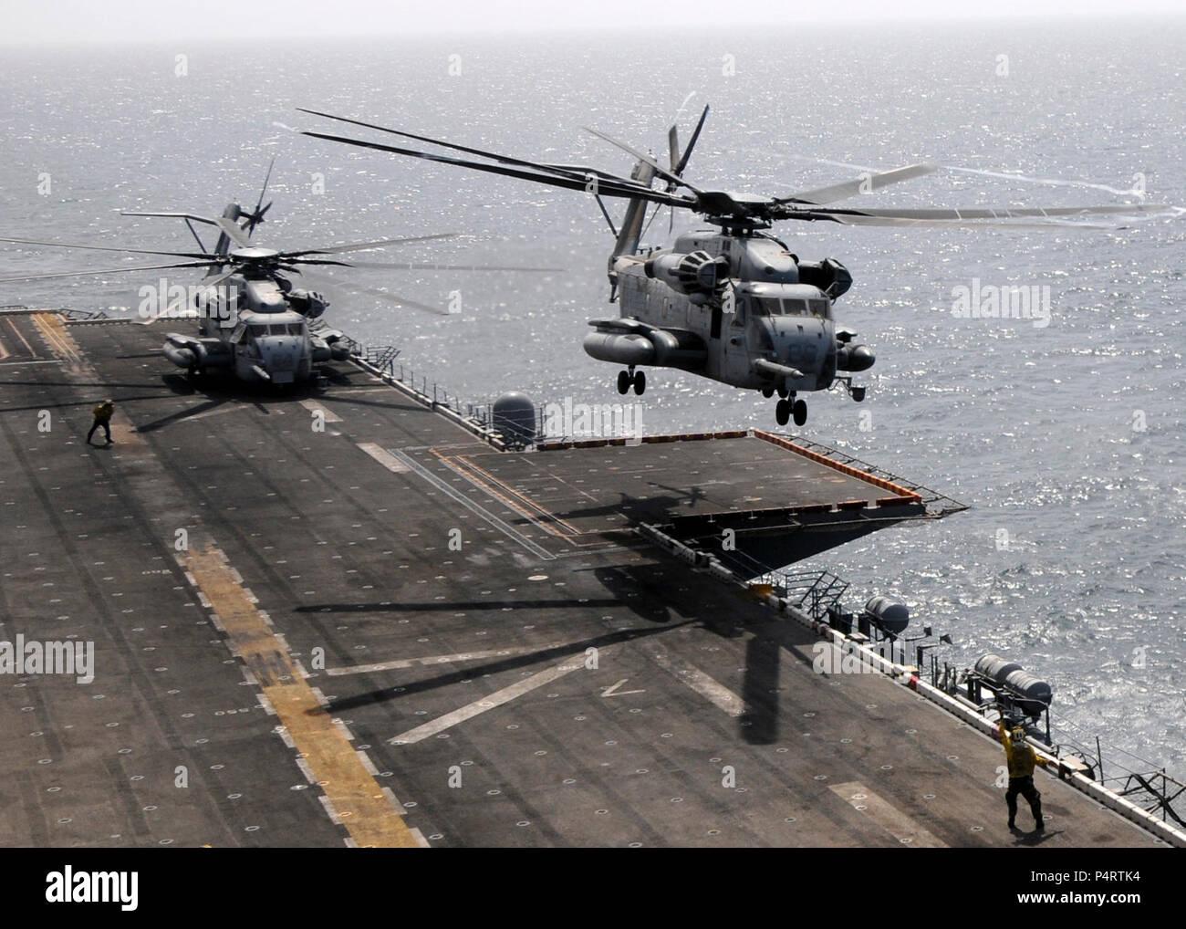 Ein U.S. Marine Corps CH-53E Super Stallion Helikopter Hubschrauber Marine Medium Squadron (HMM) 165 zugewiesen ist, auf dem Flugdeck der USS Peleliu (LHA 5) mit Marines an Bord, die Hochwasserkatastrophe in Pakistan 12.08.2010 unterstützen wird, in das Arabische Meer. Stockfoto