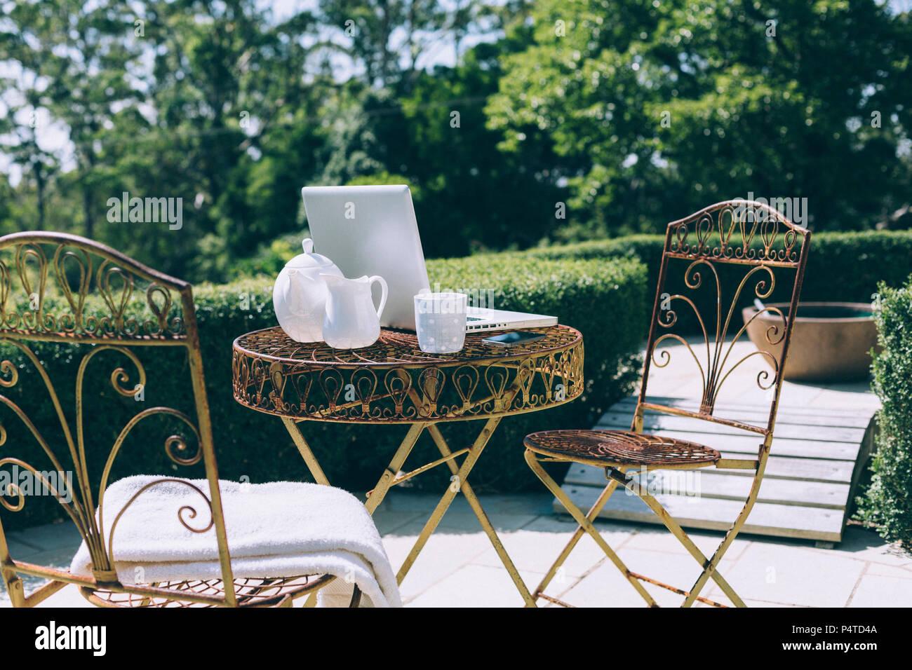 Outdoor Garten Büro Mit Wald Und Bergblick Stockfoto Bild