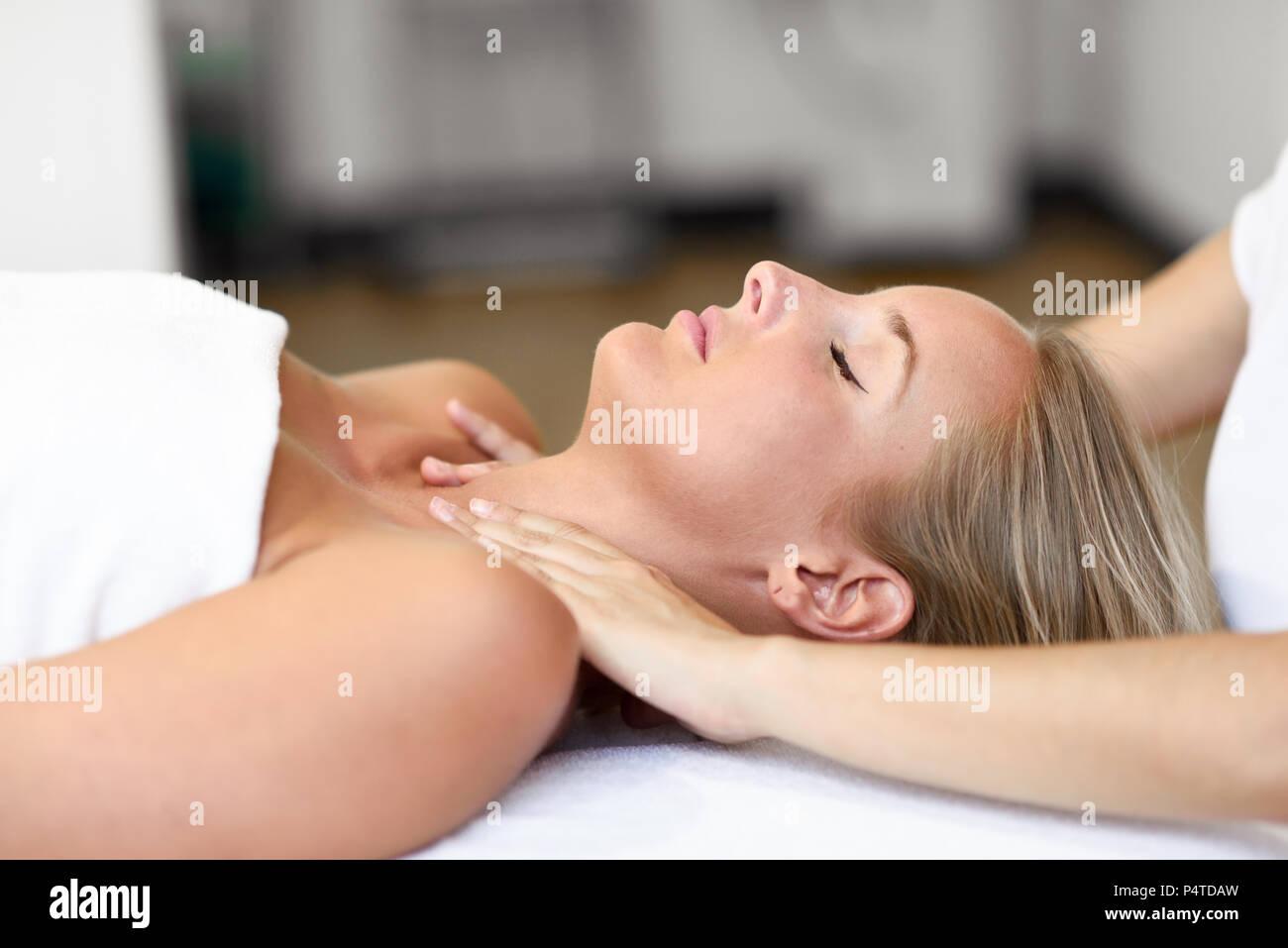 Junge blonde Frau mit einem Kopf Massage im Spa Center mit geschlossenen Augen. Weibliche Patienten ist, die Behandlung von professionellen Therapeuten. Stockfoto