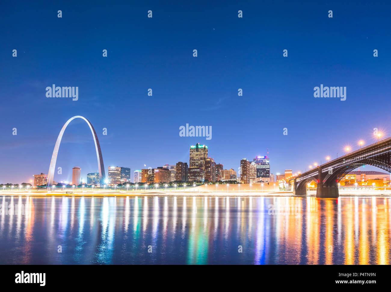 St. louis Wolkenkratzers bei Nacht mit Reflexion im Fluss, St. Louis, Missouri, USA. Stockbild