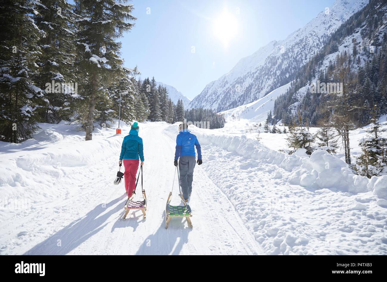 Paar mit Schlitten Wandern im Schnee Landschaft Stockbild