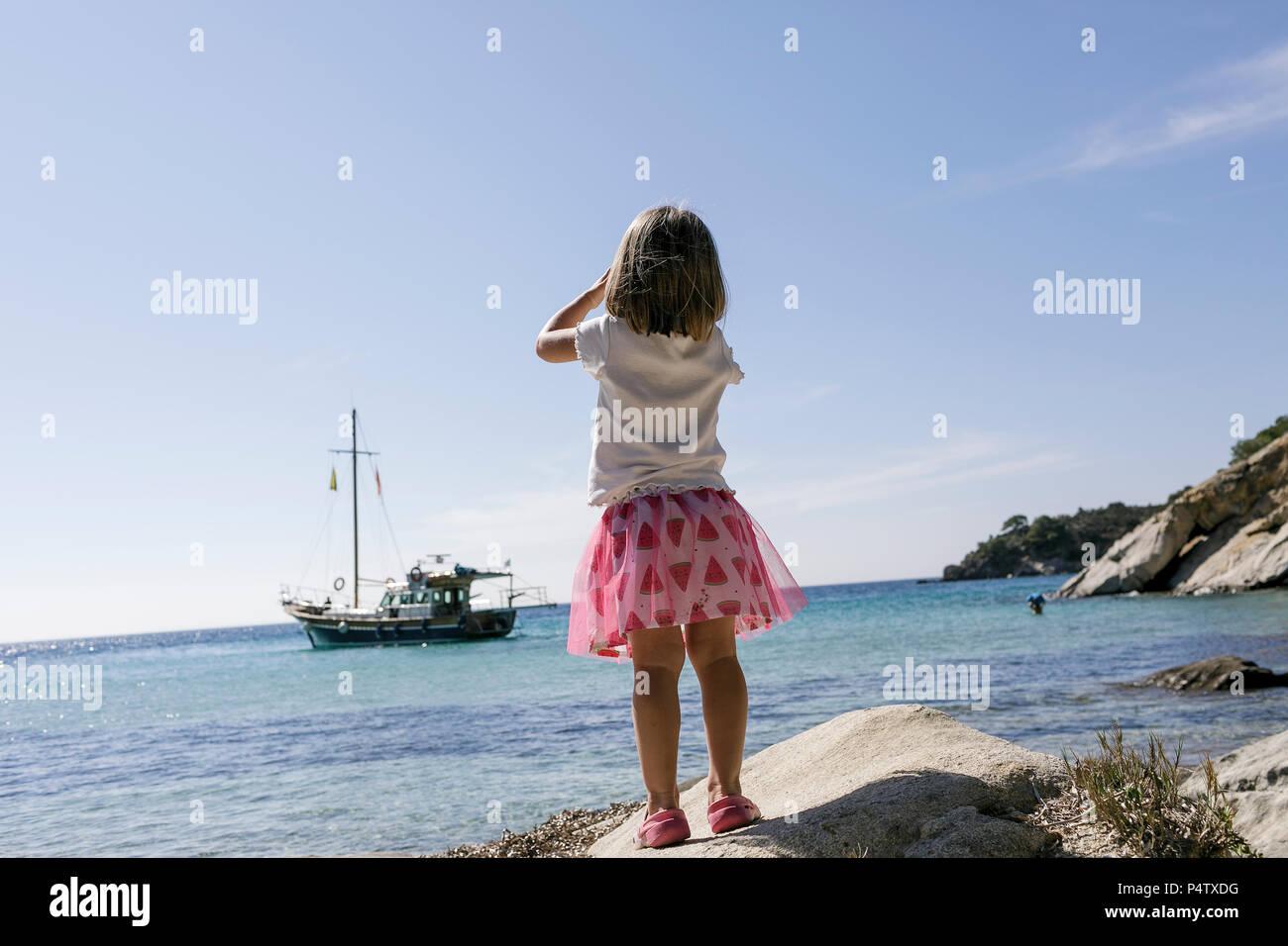 Rückansicht des kleinen Mädchens mit dem Fernglas beobachten Boot Stockfoto