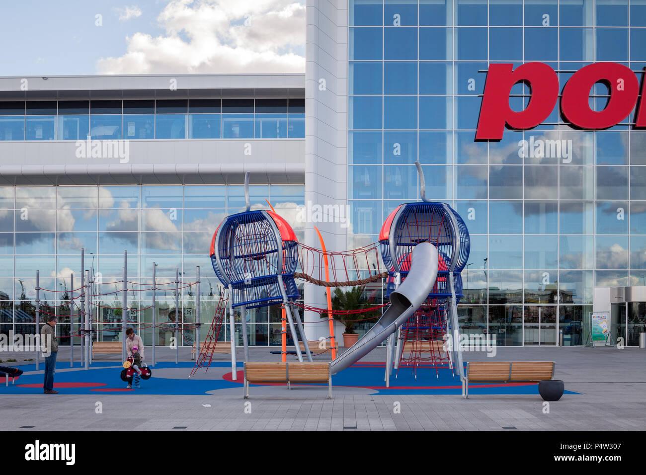 Berlin Deutschland Spielplatz Vor Der Porta Moebelgeschaeft Auf